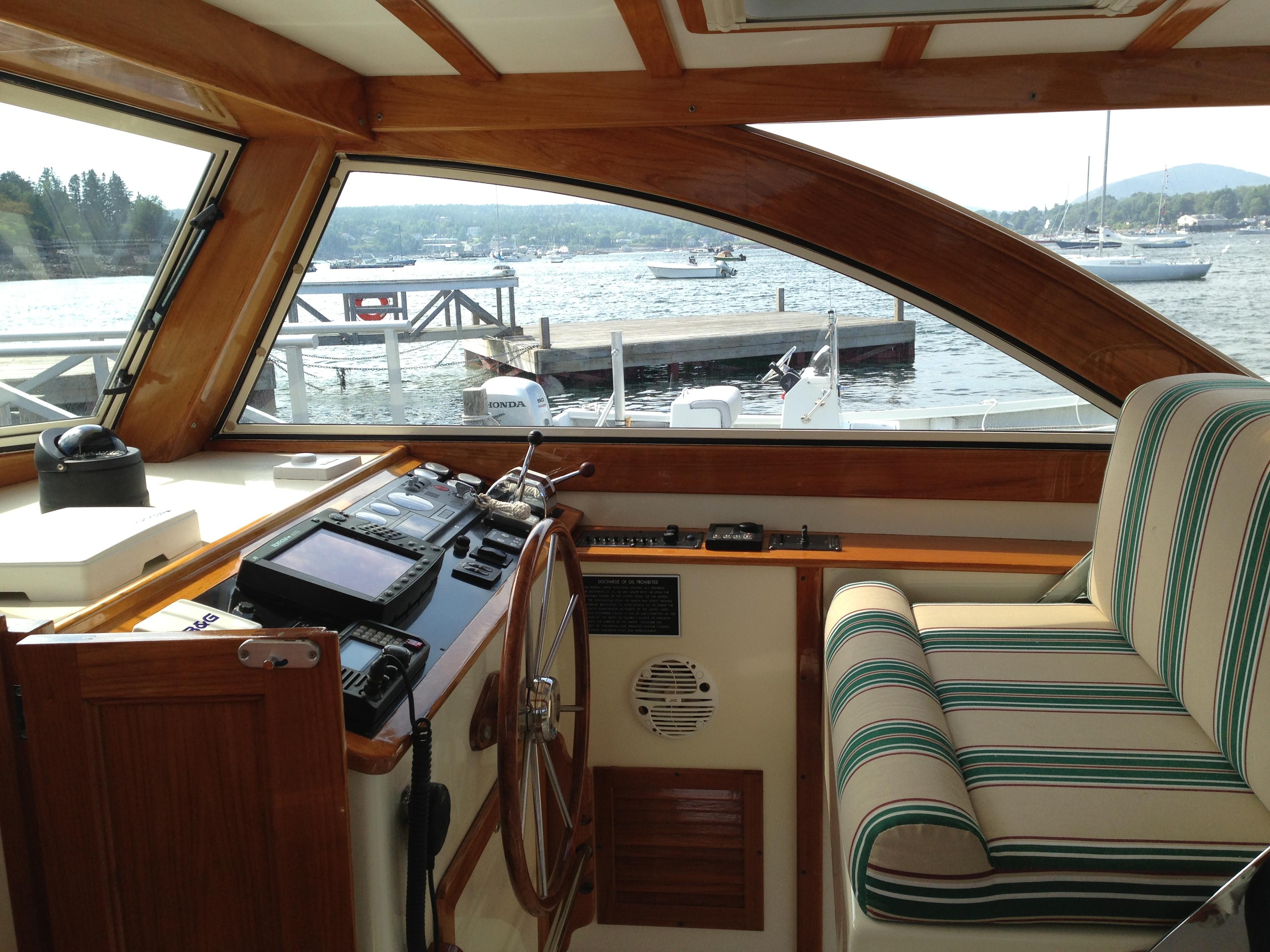 2004 Ellis 36 Express Cruiser Helm - Boat for sale